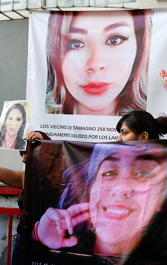 Frauen demonstrieen mit Fotos von ermordeten Frauen in Mexiko gegen Gewalt gegen Frauen