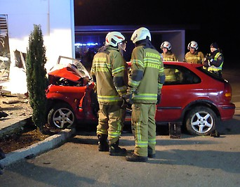 Unfall Auto gegen Hausmauer