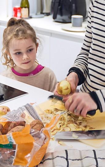 Frau mit Kind in der Küche