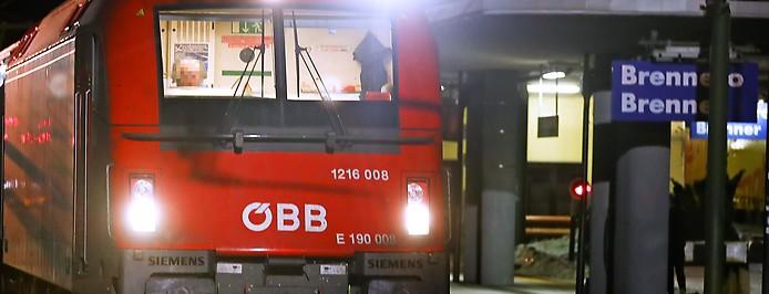 ÖBB-Zug auf dem Zuggleis am Bahnhof Brenner