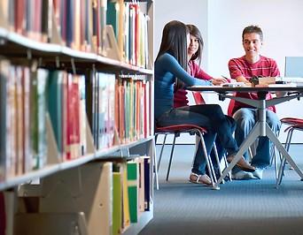 Jugendliche in Bibliothek