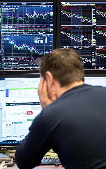 Ein Broker in der Deutschen Börse überwacht seinen Bildschirm.