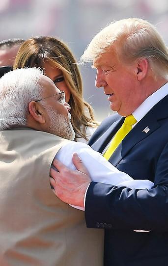 Indiens Premierminister Narendra Modi begrüßt US-Präsident Donald Trump und seine Frau Melania Trump