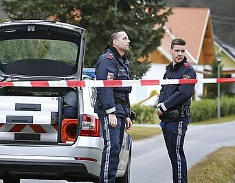 Polizisten vor dem Einfamilienhaus in Großwilfersdorf