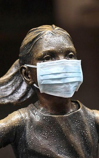 """Statue des """"Furchtlosen Mädchens"""" mit Gesichtsmaske in New York"""