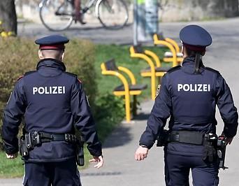 Polizeibeamte auf Gehweg am Donaukanal
