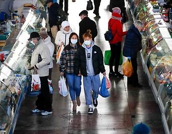 Nur wenige Menschen tragen Gesichtsmasken auf einem Markt in Minsk