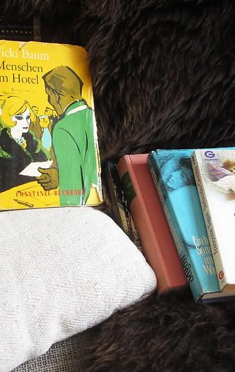 Bücher liegen auf einem Polster