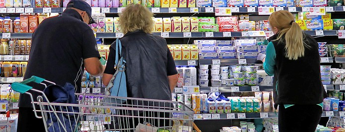 Kunden und Angestellte in einem Supermarkt