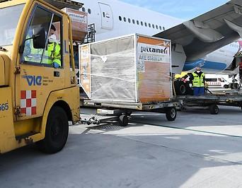 Mitarbeiter des Flughafens beim Entladen von Schutzausrüstung
