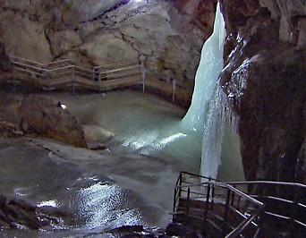 Eiszapfen und Eisflächen in der Eisriesenwelt, der weltgrößten Eishöhle im Tennengebirge bei Werfen
