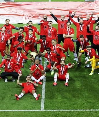 Die Mannschaft von RedBull Salzburg beim feiern nach dem Cup Sieg.