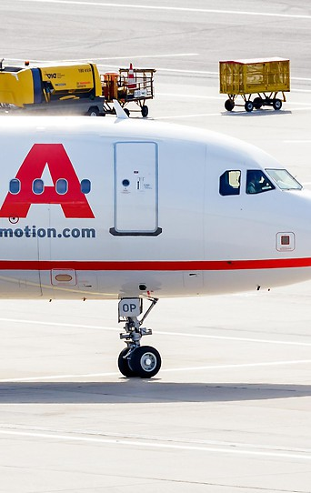 Flugzeug der Laudamotion am Flugfeld