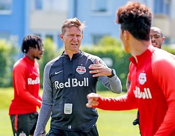 Salzburg-Coach Jesse Marsch mit Spielern