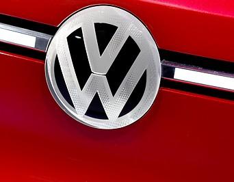 VW-Emblem auf einem Fahrzeug