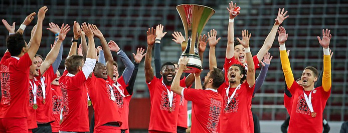 Salzburg-Spieler mit Pokal