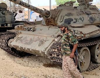 Von Regierungstruppen konfiszierte Panzer nahe Tripolis