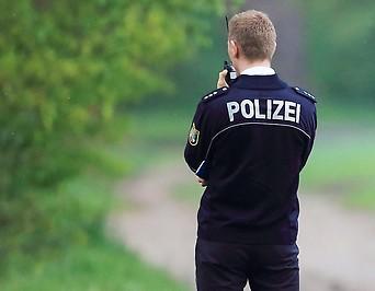 Ein Polizist steht am 05.05.2015 bei der Suche nach einem Kind im Waldgebiet am Diakoniewerk Wilhelmshof in Stendal (Sachsen-Anhalt)