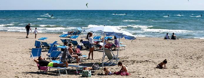 Besucher am Strand von Torvaianica bei Rom