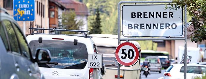 Autos an der Einfahrt der Ortschaft Brenner