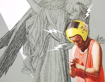Ein Mann mit Helm vor einem Bild von einem Engel