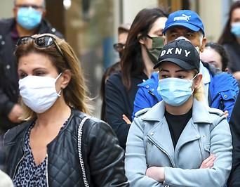 Menschen mit Mund-Nasenschutz in Wien