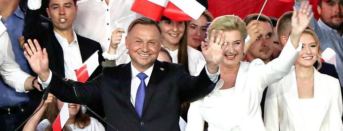 Amtierender polnischer Präsident Andrzej Duda jubelt nach der Stimmauszählung