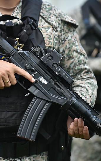Soldat mit Gewehr in der Hand