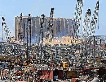 Gebäuderuine und zerstörte Kräne in Beirut (Libanon)