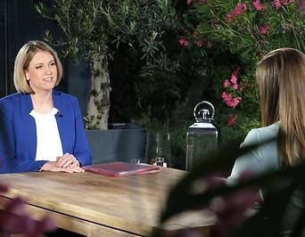 Simone Stribl im Gespräch mit der Parteivorsitzenden der NEOS, Beate Meinl-Reisinger.