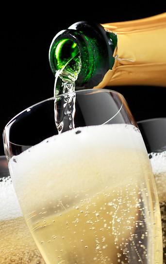 Champagner wird in Gläser gefüllt