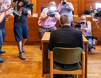 Angeklagter und Medienvertreter im Gerichtssaal