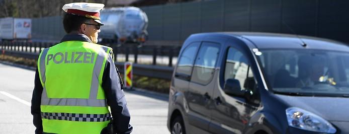 Ein österreichischer Polizist bei einer Kontrolle