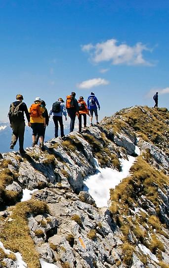 Wanderer auf einem Felsgrat