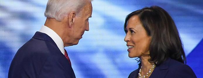 Demokratischer Präsidentschaftskandidat Joe Biden und Senatorin Kamala Harris stehen sich gegenüber und schaue sich an