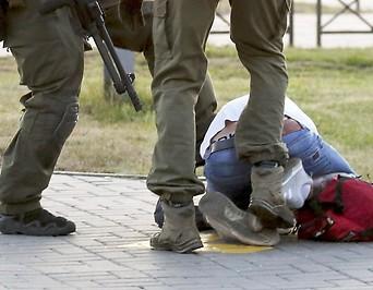 Prügelnde Polizisten in Weißrussland