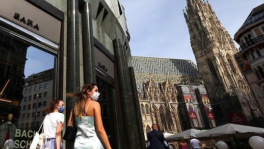 Les jeunes femmes traversent la cathédrale Saint-Étienne avec protection de la bouche et du nez