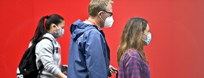 Passanten tragen Gesichtsmaske