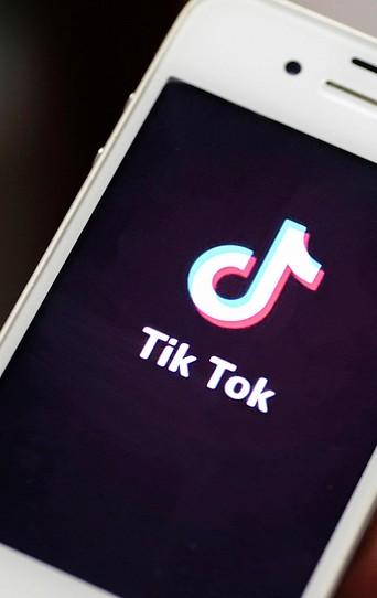Ein Smartphone mit der TikTok App.