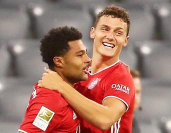 Jubel der Bayern-Spieler Serge Gnabry und Benjamin Pavard