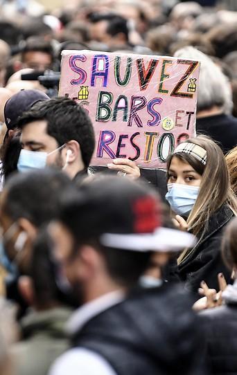 """Demonstranten halten ein Schild mit der Aufschrift Rettet Bars und Restaurants"""" in Marseille"""