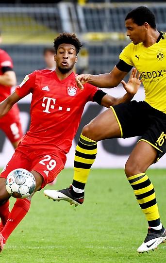 Kingsley Coman (Bayern München) und Manuel Akanji (Dortmund)