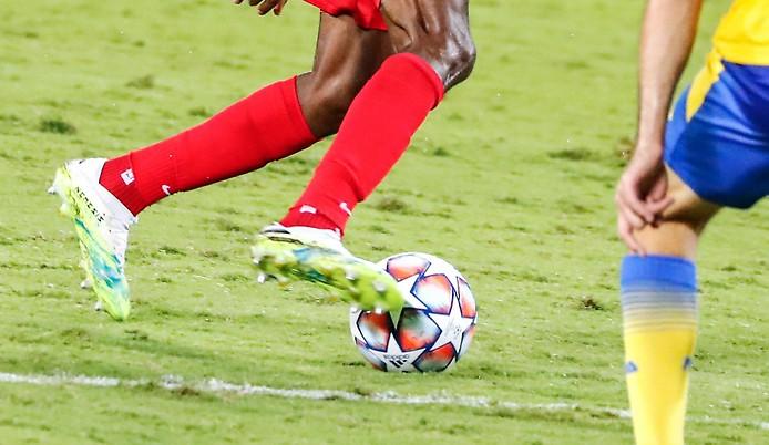 Fußballspieler mit Ball
