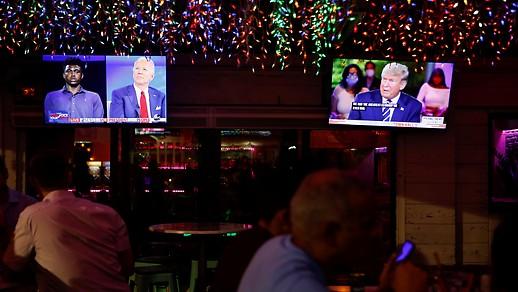 A floridai Tampában, a Luv Child étterem két képernyőjén láthatók a két amerikai elnökjelölt tévéinterjúi.