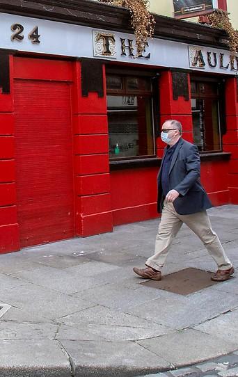 Passant mit Gesichtsmaske in Dublin