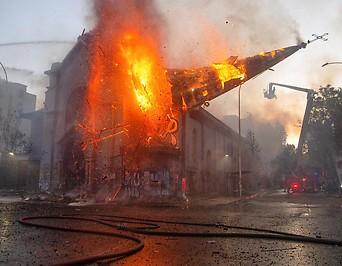 Die durch Demonstranten in Brand gesetzte Kirche in Santiago, Chile.