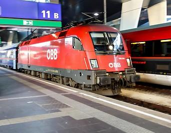Zwei Züge am Wiener Hauptbahnhof