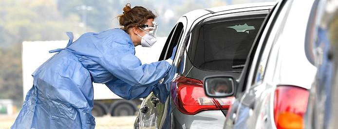 Autofahrer werden einem Coronatest unterzogen