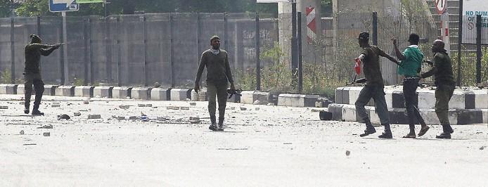 Nigerianische Polizisten verhaften einen Demonstrant in Lagos