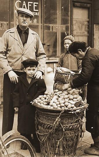 Kleine Harry Fiedler vor Tongshan Café, ca 1945